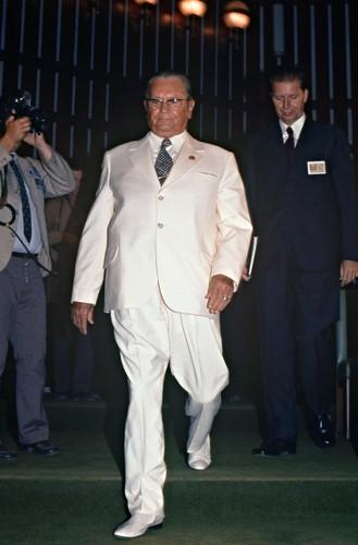 Tito u belom odelu