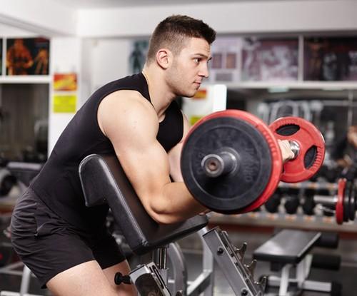 Dvostruki pregib na skot klupi, vežba za bicepse