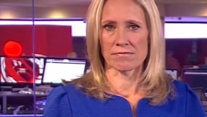 Dok ona čita vesti kolega iza gleda ONO!