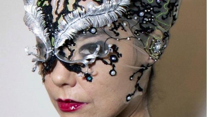 Uvek drugačija: Björk na nastupu u Tokiju sa 3D bizarnom maskom