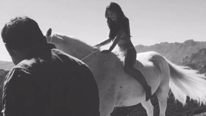 Emily Ratajkowski pozirala gola na konju za potrebe snimanja magazina Harper's BAZAAR