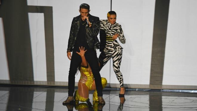 ŠTA ONA TO RADI: Pevačica šokirala seksi potezima na sceni!