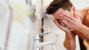 BRZI VODIČ ZA MUŠKARCE: Kako pravilno očistiti lice?