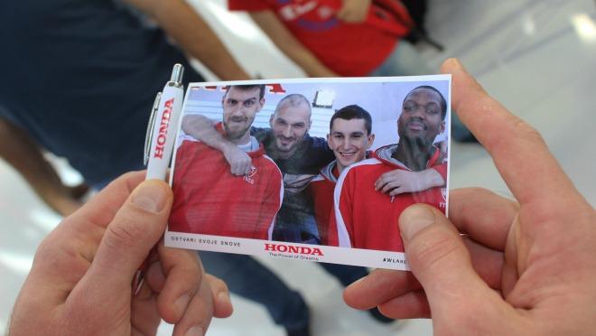 Košarkaši Crvene Zvezde u poseti Hondi na Međunarodnom salonu automobila