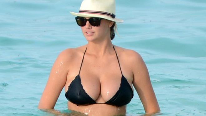 Kate Upton imitira Britney Spears na veoma seksi način!