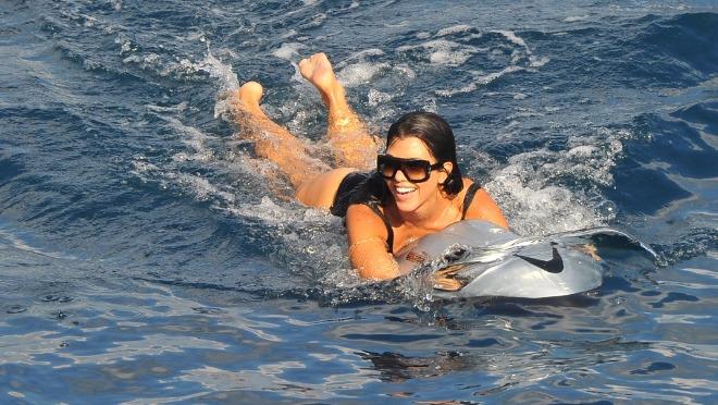 Počelo je leto: Kourtney Kardashian i Kendall Jenner pokazale tela na jahti