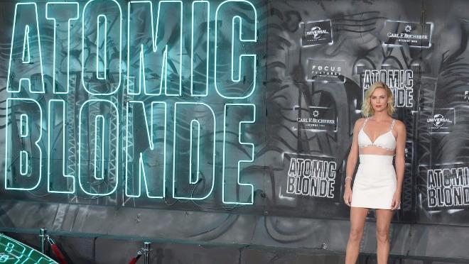 Charlize Theron je stvarno atomska plavuša!