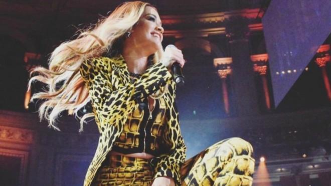 Svi su zgroženi njenim gestom: Pevačica je uradila nešto što nije smela!