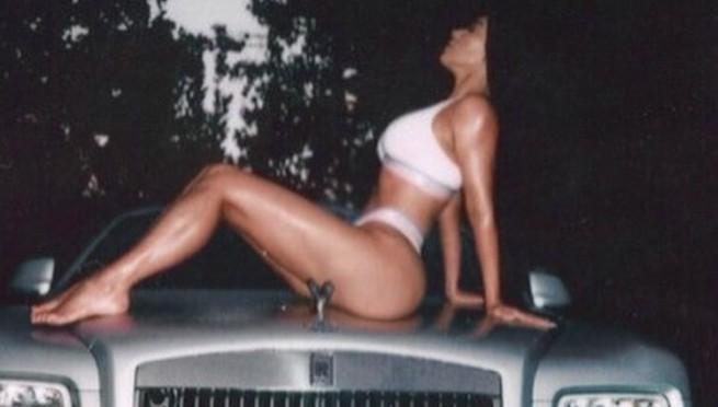 Šta joj bi: Kim objavila fotografiju kao od majke rodjena!