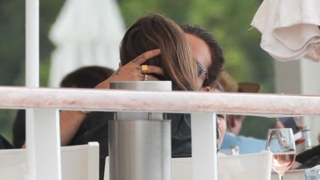 Sočni poljupci u javnosti uprkos svima i svemu