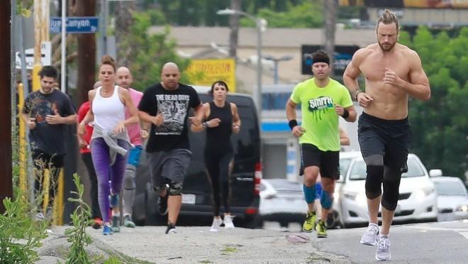 Skinuo je majicu i mnogi su mu se pridružili na treningu