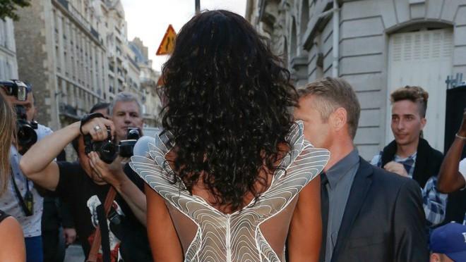 Retko ko bi se usudio da obuče providnu haljinu ali ona ima prava na to