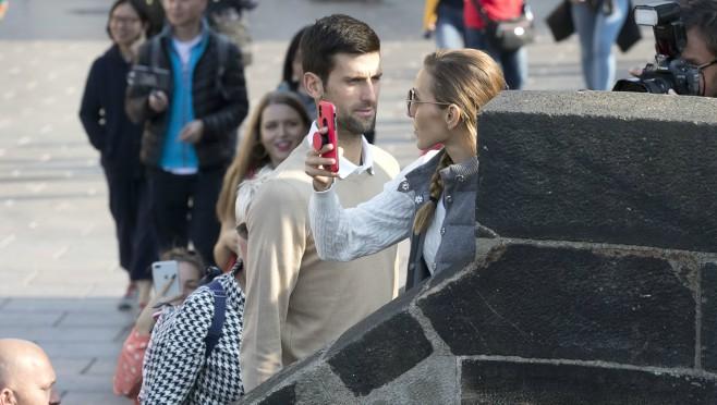 Đokovic u šetnji Pragom oduševio prolaznike ali ne samo to