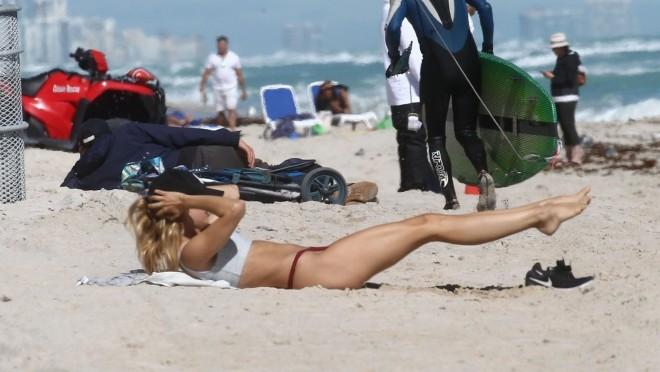 Kada super model radi trening na plaži to se ne propušta