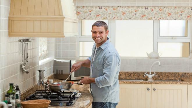 Iznenadi je: Ovo svaki muškarac može da izvede u kuhinji