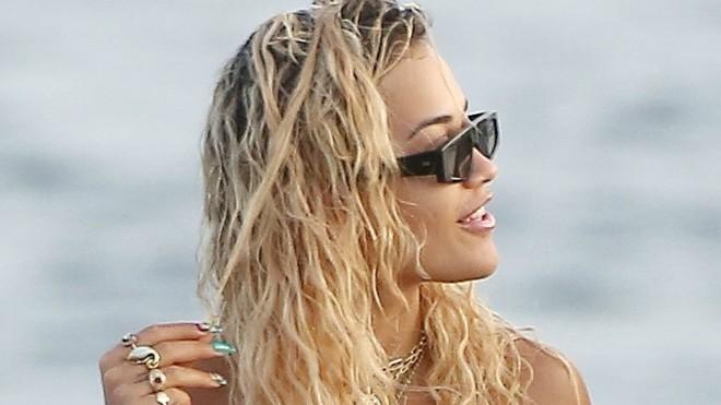 Popularna pevačica nije mogla da obuzda grudi u preuskom bikiniju