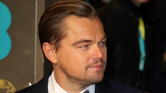 Šta Leonardo DiCaprio radi na plaži sa 22 godine mladjom partnerkom?